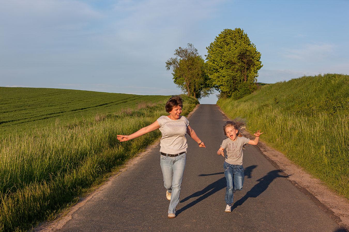 Foto von Mutter und Tochter in Bewegung