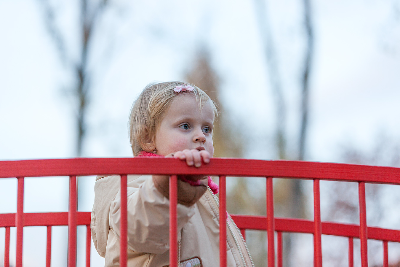 Portrait eines Mädchens auf einem roten Steg
