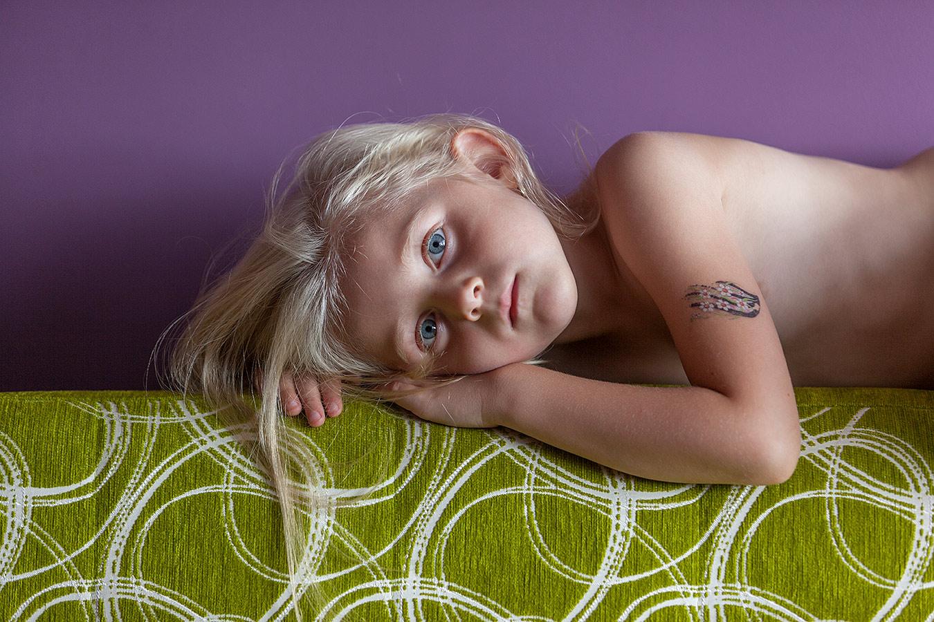 Portrait eines in Gedanken versunkenen Mädchens