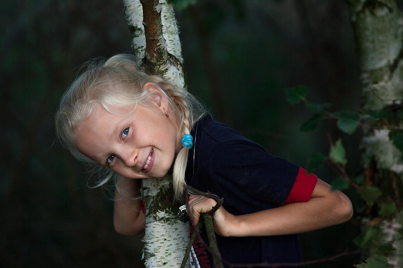 Bild eines Mädchens im Wald