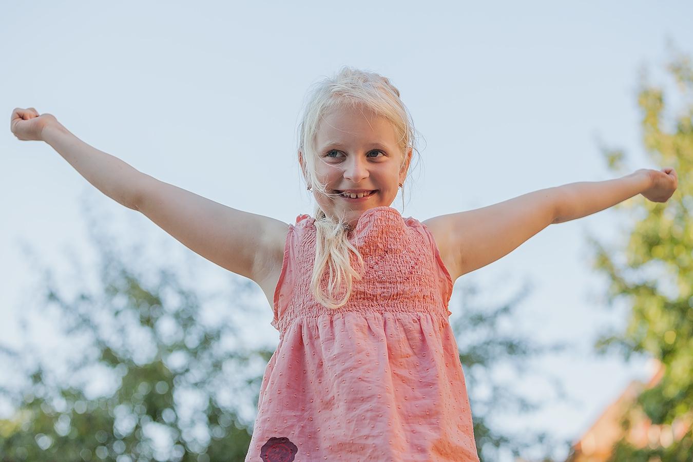 Portrait eines fröhlichen Mädchens