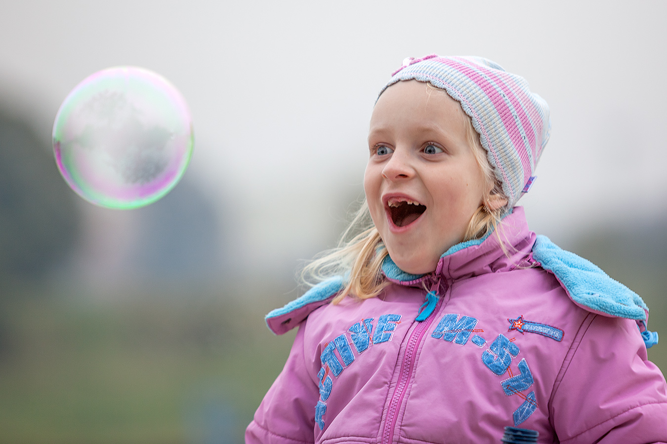 Portrait eines Mädchens mit Seifenblase