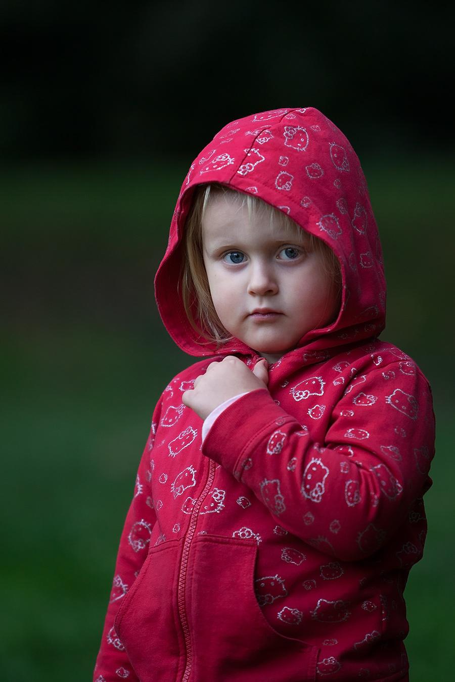 Portrait eines Mädchens mit Kapuze