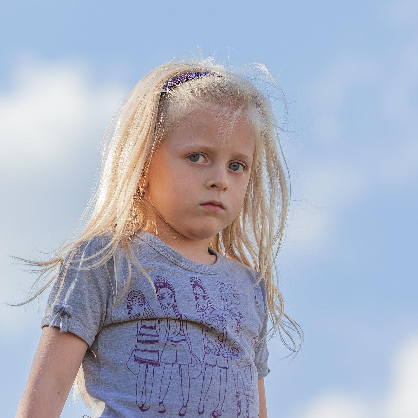 Portrait eines Mädchens mit skeptischem Blick