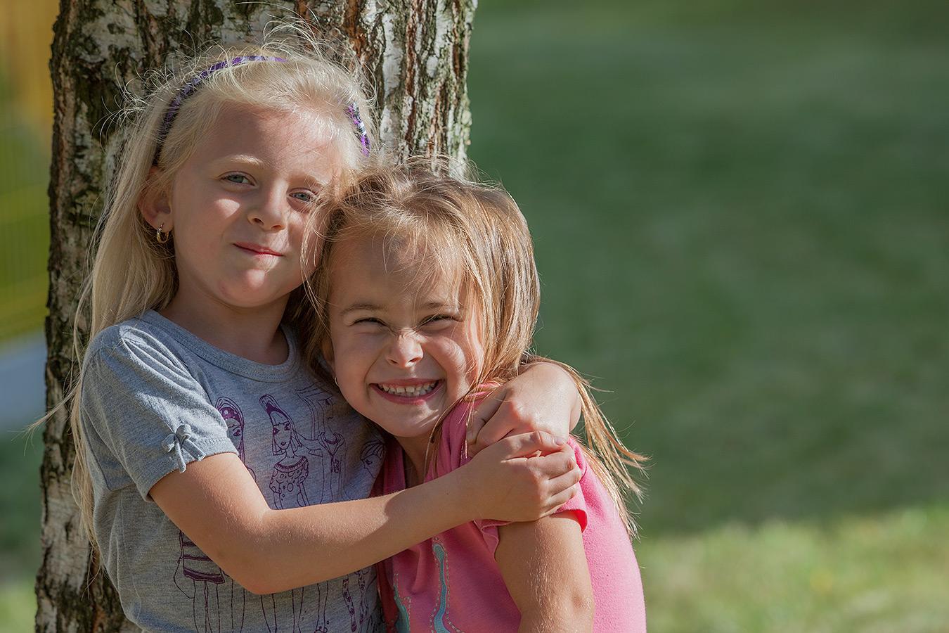 Fotografie zweier glücklichen Freundinnen